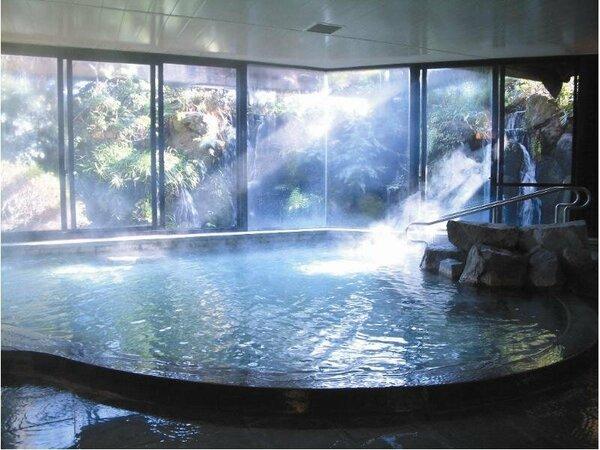 滝の流れ落ちる大展望温泉風呂