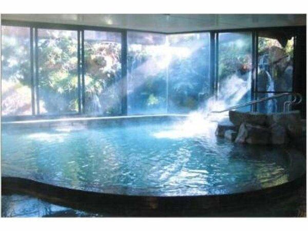 滝の音が心地よい大展望温泉風呂です。大きな窓を全開にして入る広々大浴場はとても癒されます。