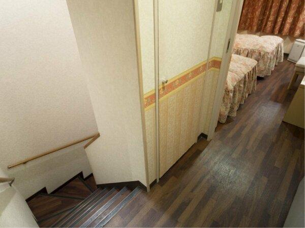 【メゾネットルーム】室内に階段がある2階建ての客室