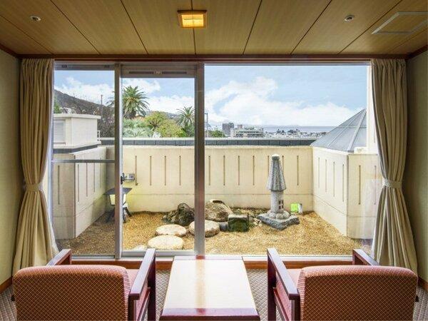 【センターウイング館 和室44平米】海は箱庭から見えます。