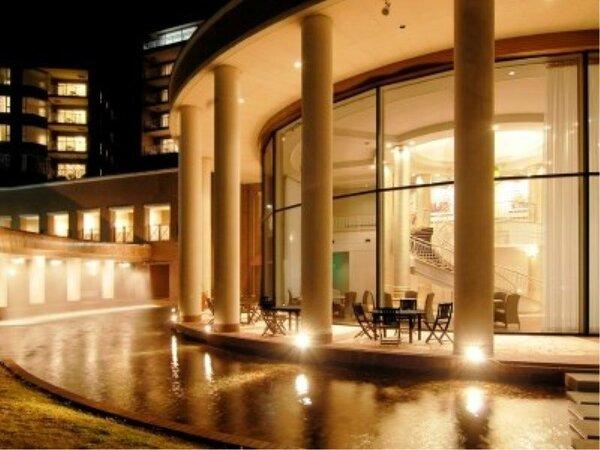 ロビー…ロビーテラス夜景。夜間はライトアップされています。