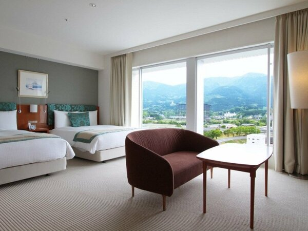 客室は44平米。大きな窓からは、景色をご覧いただけます