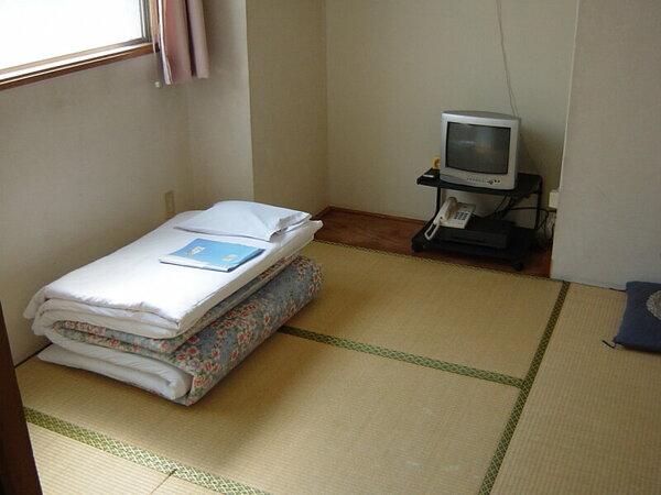 和室4畳半でバス・トイレ共同ときわめてシンプルなお部屋です。