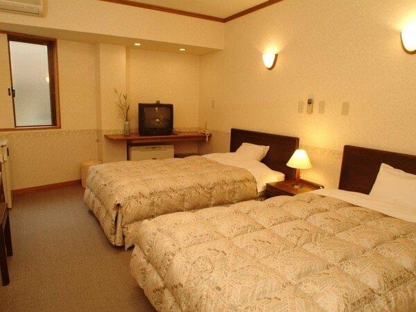 【ツインベッドルーム】一例(一般的なビジネスホテルよりは広いですが眺望は良くありません)