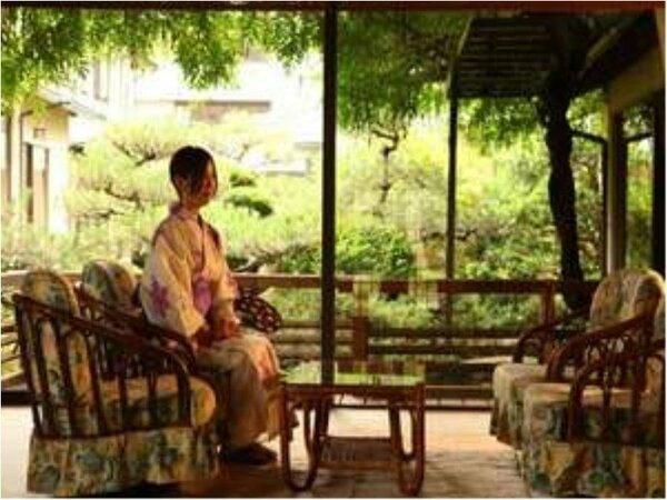 ■施設■ロビーから日本庭園が眺められる