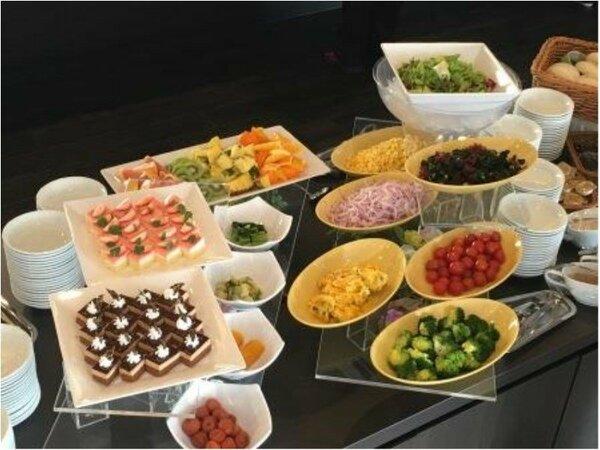 バイキング朝食の定番のサラダはもちろんデザートもご用意