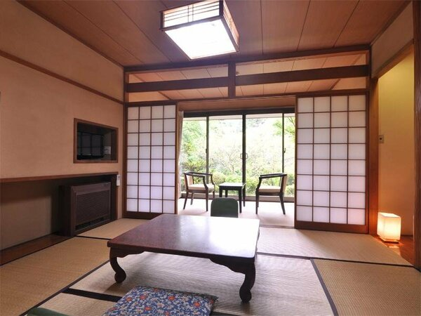 客室一例。箱根らしい緑の見える和室は「温泉旅館」のどこか懐かしい雰囲気。