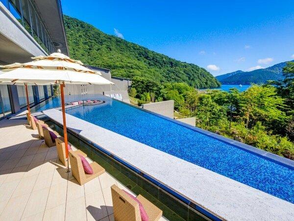 ロビーテラスには足湯があり、芦ノ湖の絶景を眺めながらお寛ぎいただけます。