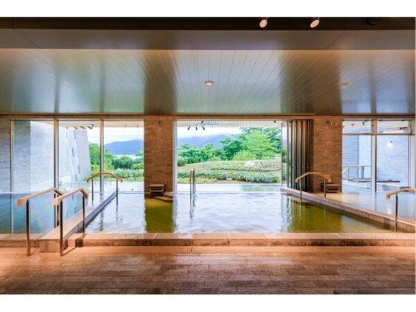 """大浴場""""棚湯""""は夜・朝の男女入れ替え制。片方の浴場からは芦ノ湖を望めます。"""