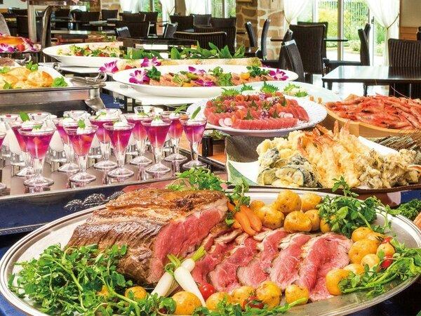 ローストビーフや季節のオードブル、握り寿司やお刺身、天ぷらなど和食も楽しめるディナービュッフェ