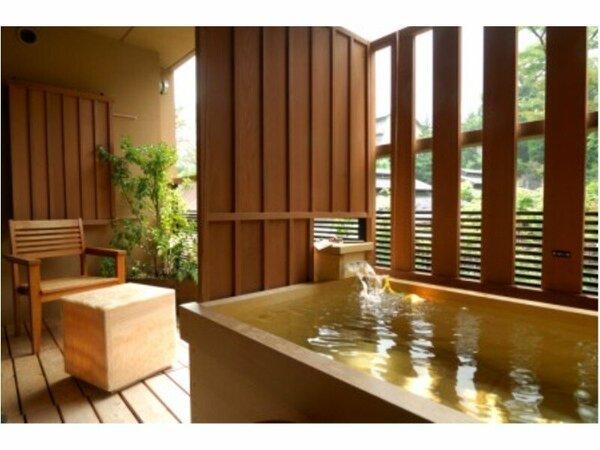 全客室に檜の露天風呂完備☆ のんびり湯浴みをお愉しみ。  ※客室露天は温泉ではございません。