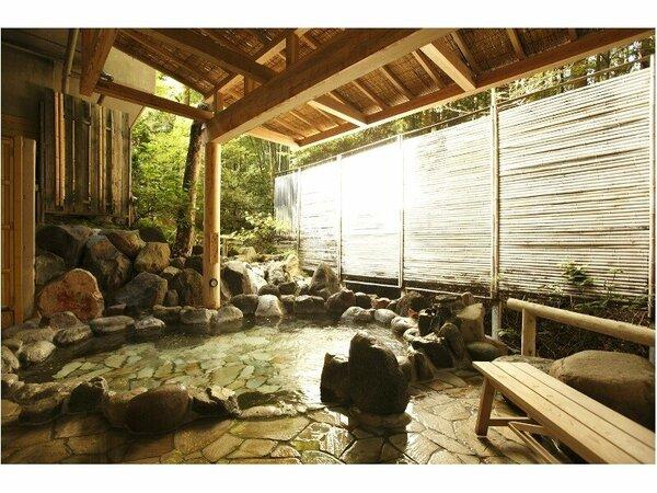【水花の庄(新館)】花の湯(露天) 源泉:小涌谷温泉 朝の入浴は差し込む日差しにつつまれて