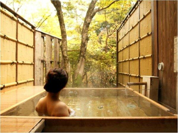 『貸切露天風呂』源泉掛け流し。中庭の深緑を楽しみながらごゆるりと。