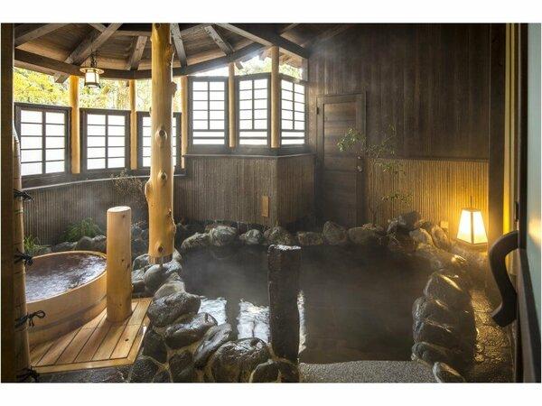 湯浴み処の半露天風呂。岩風呂や檜の桶風呂の他、打たせ湯をご用意。