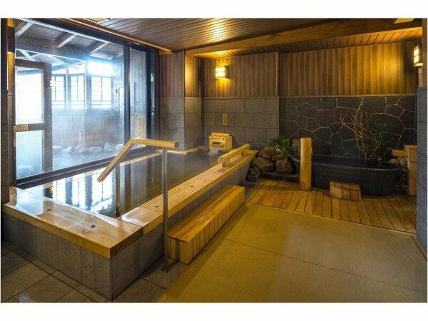 畳敷きの湯浴み処。檜香る内風呂の他、サウナや水風呂をご用意。