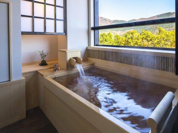 庭側最上階の客室露天風呂からは山々を眺めながら、ゆったり天然温泉を愉しめる。