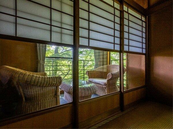 客室一例。窓の外には自慢の庭園が広がります。