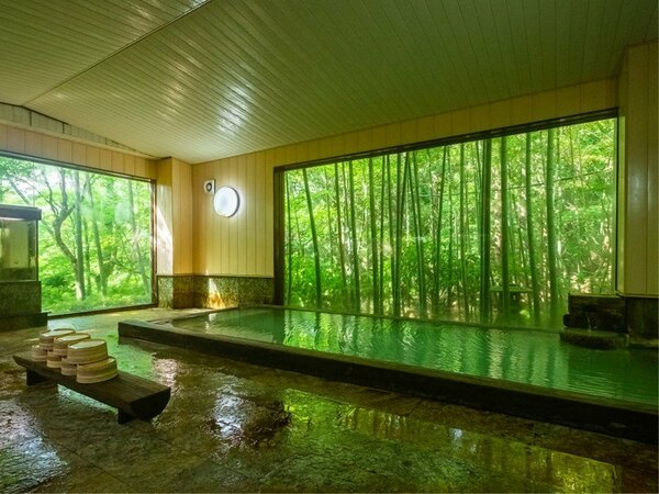 温泉浴場(大)美しい緑にうっとり。