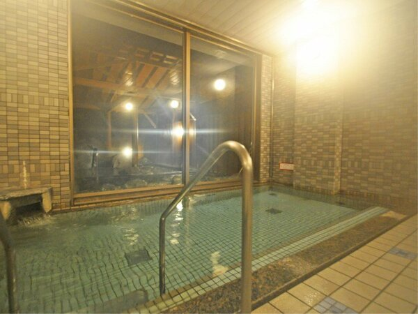 【大浴場】ラジウム鉱石のパワーを秘めたラドンの泉。強力なイオン化作用で快い温感を得ることができます。