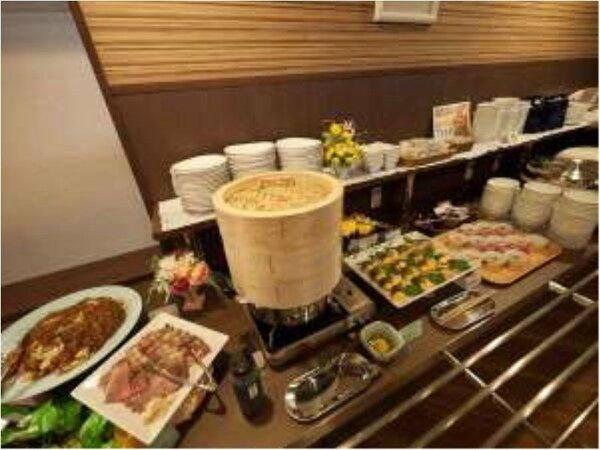 夕食は日替わり定食のハーフバイキングスタイル(18:00-21:30)で営業しております。