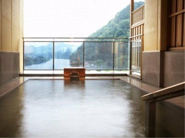 大浴場「水鏡」露天風呂。源泉かけ流し、阿賀野川の眺望を堪能できます。