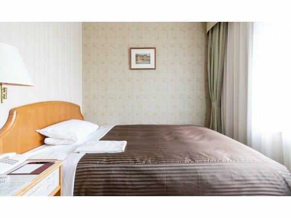 スタンダードシングルルーム/プチダブルルーム  ベッド幅140cmのセミダブルベッドを使用しています