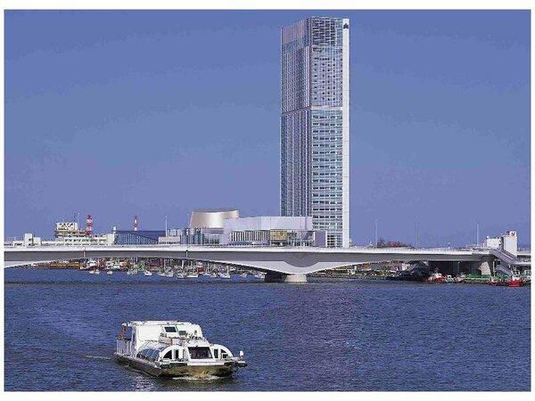 ホテルと信濃川を行くウォーターシャトルの風景