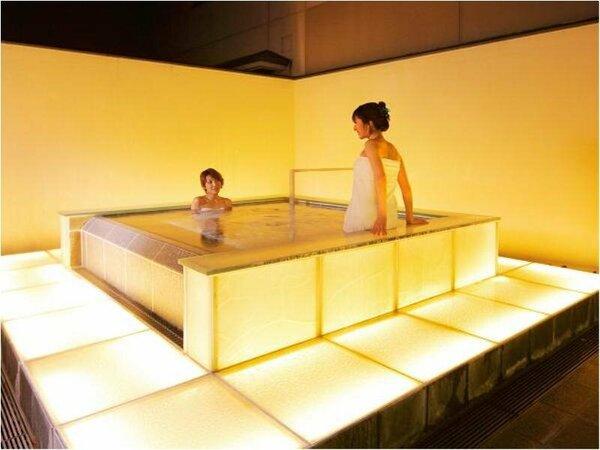 幻想的な光の露天風呂