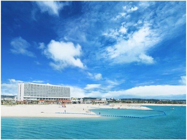 """青い空の下、ホテル目の前に広がる""""美々ビーチ""""ゆっくり散策や、4月~10月は思いのまま海遊び♪"""