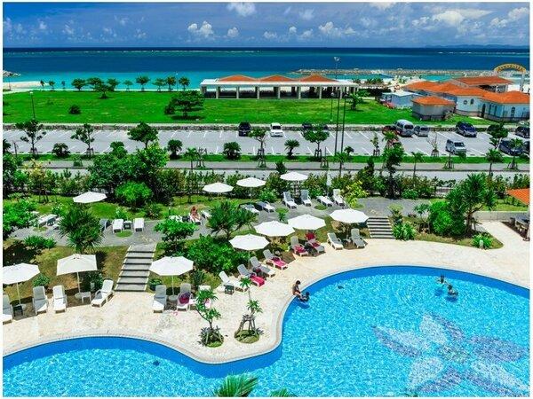 ホテル自慢の全長約70mの屋外プールとホテル目の前、白浜広がる『美々ビーチいとまん』