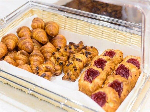 パン屋さんのように各種焼き立てをご用意。焼きたての香ばしいパンの香りが会場を包みこんでます