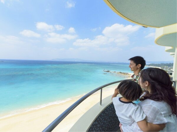 オーシャンビューのお部屋からは美しいエメラルドグリーンの海を一望できます