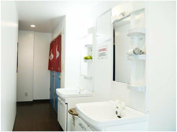 2F洗面所、奥には男女別のトイレ、シャワールーム★