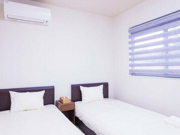 ベッドルームは3室。ベッド2・ベッド2・ベッド2+布団1で1棟に7名様宿泊可。