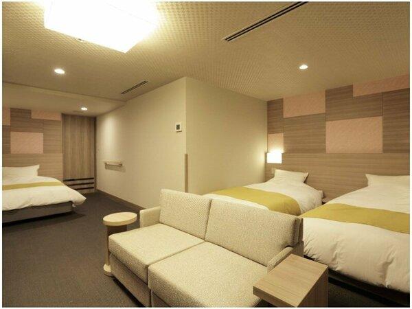 ゆったりサイズのベッドが3台備えながらも、広々と快適にお過ごしいただける客室。