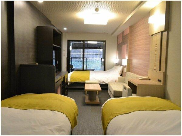 シングル2台とダブル1台、3つのベッドタイプで最大4名様までご利用いただける客室。
