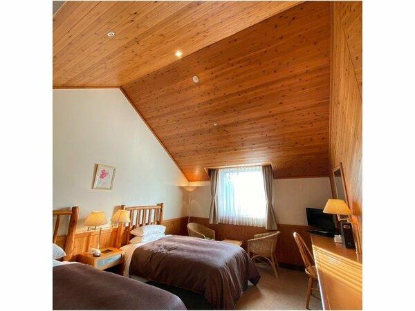 スタンダードツインルーム(24)が基本客室です。木の温もりが感じられ、心落ち着く室内です。