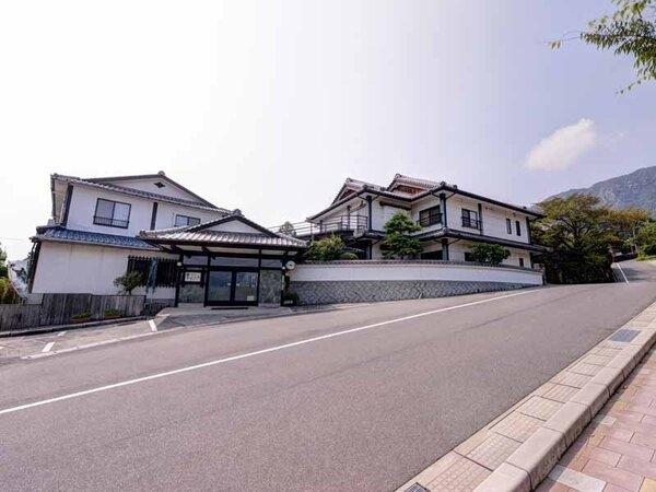"""*宮島に一番近い""""宮浜温泉""""に佇む旅館。和の趣を感じる庭園を望みながら至福の休日をお過ごし下さい。"""