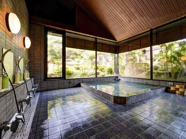 *大浴場/四季折々の景観が美しい庭園を眺めながら浸かるラドン湯。至福のひと時をどうぞ。