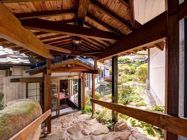 *渡り廊下/自慢の日本庭園を眺めながら非日常の世界へ。