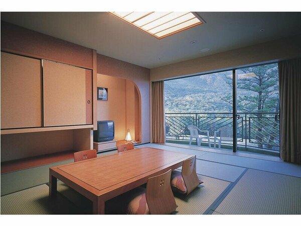 随所に屋久杉をあしらい、木の優しさと安らぎに満ちた12畳の広いお部屋(和室)です。