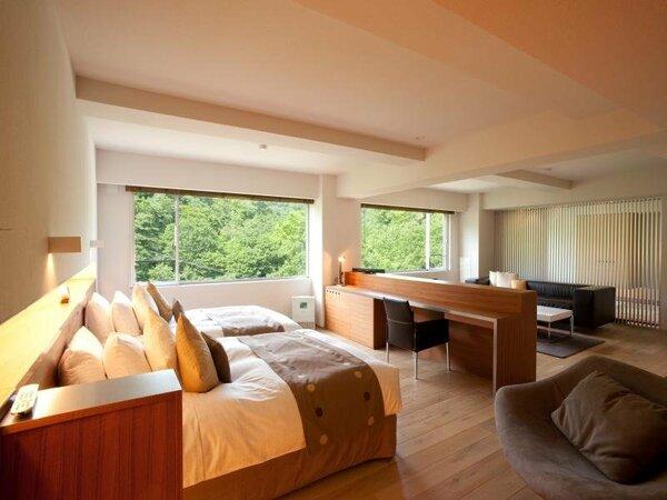 【ラグジュアリースイート和洋室】リビング&ベッドルームと、奥側和室は襖で仕切りを設けております。
