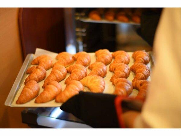 【焼きたてパン】朝食メニューに焼き立てのクロワッサンをご用意しております。