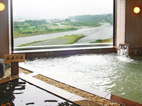 【女性大浴場】窓の外には悠々と流れる天竜川が望めます。