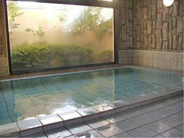 大きな大浴場で足をゆったりと伸ばして仕事の疲れや、観光の疲れを癒して明日への活力にしてください。