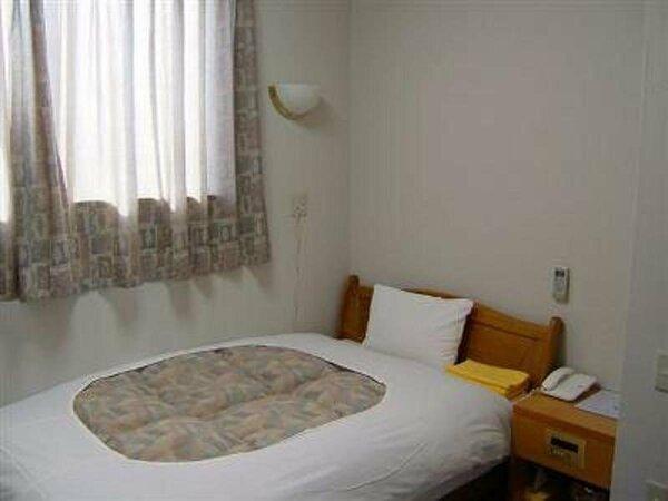 <シングルルーム>エアコン完備(お部屋毎に温度調節可能)、小型冷蔵庫完備
