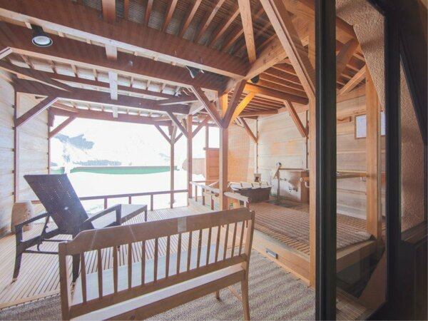 【露天風呂付客室】「紅山桜」の露天。手前にはお部屋がございます。(湯船は楕円形)
