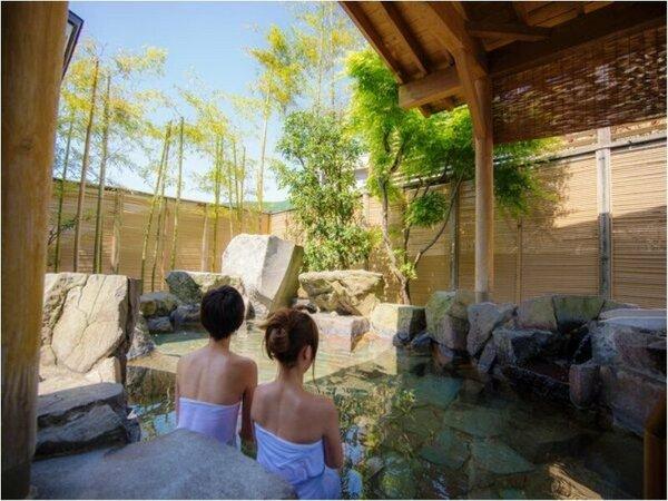 【季里の湯】女性露天風呂「岩風呂」。竹林・季節の木々に囲まれてリラックス。