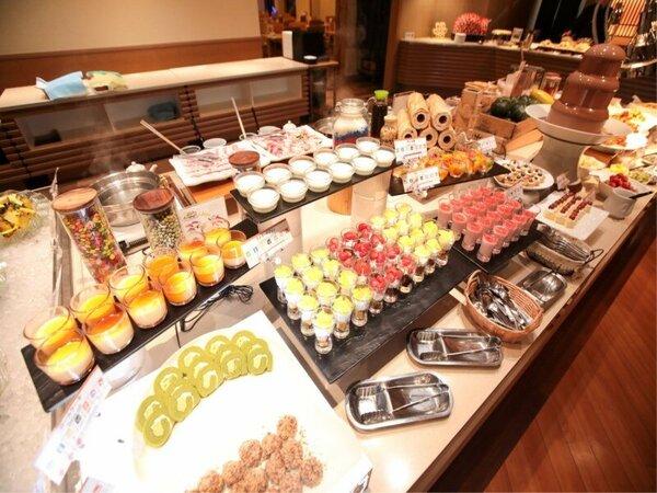 【和洋中バイキング(夕食)】広いカフェテリアレーンは調理人渾身の和洋中バイキングが並ぶ
