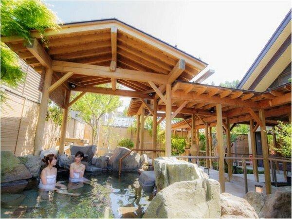 【季里の湯】女性露天風呂「岩風呂」。お庭を眺めながら湯沢の四季を感じていただけます。